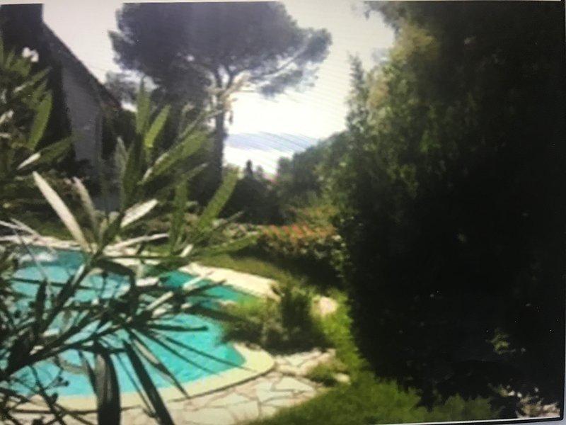 Centre-ville grande villa vue sur le golf de Saint Tropez grand jardin, location de vacances à Sainte-Maxime