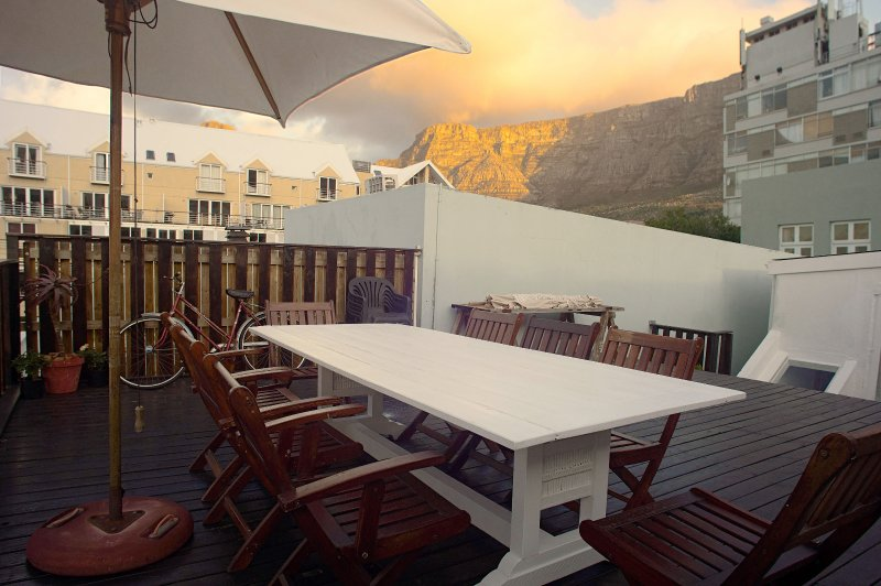 Kloof Street Cottage with huge deck & panoramic views in the heart of Cape Town, location de vacances à Woodstock