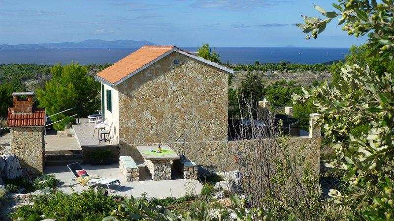 Robinsonhaus in Traumalleinlage auf 6000m² Privatgrundstück oberhalb von Milna, holiday rental in Milna