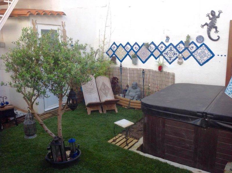 área de jardim com jacuzzi