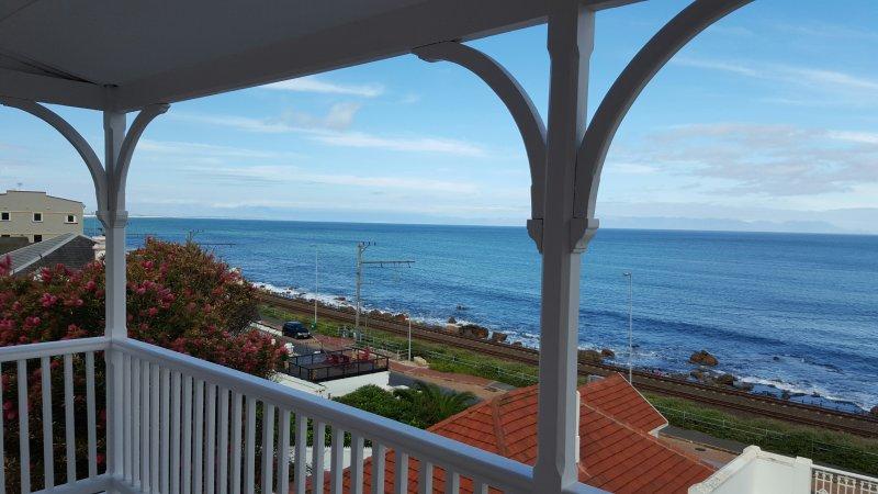 Beachfront Historic Villa St James, location de vacances à Kalk Bay