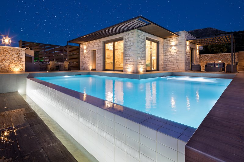 Luxury Villa Kronos with Spacious Pool and Surprising Sea and Mountain Views, location de vacances à Plaka