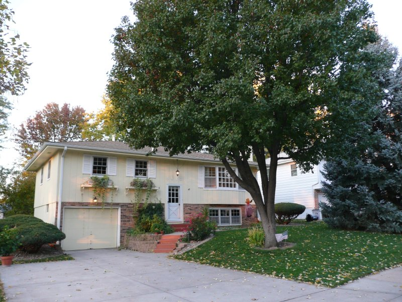 Clean & Well Maintained Home In Nice Neighborhood. Close to Everything!