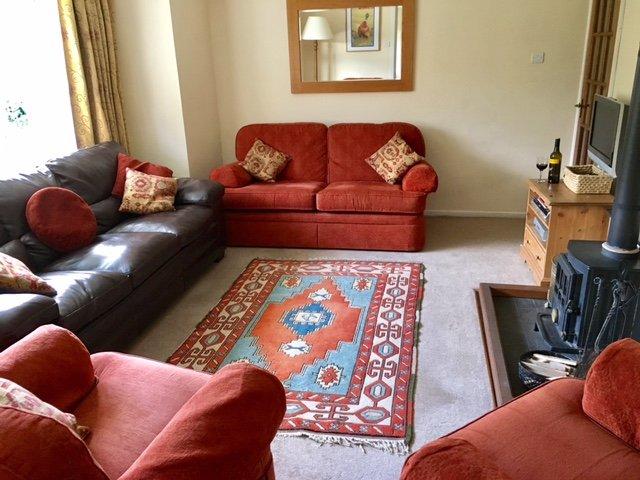 La acogedora sala de estar con estufa de leña