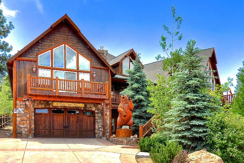MIGHTY BEAR MANOR- Custom Three-Story Cabin, with Large View Decks and Game room, location de vacances à Big Bear Lake