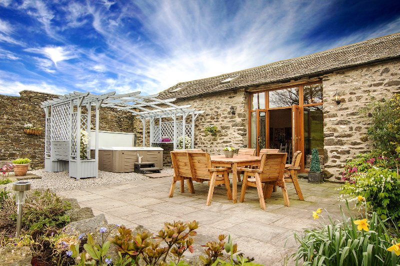 Stunning Character Barn with a hot tub – semesterbostad i Kendal