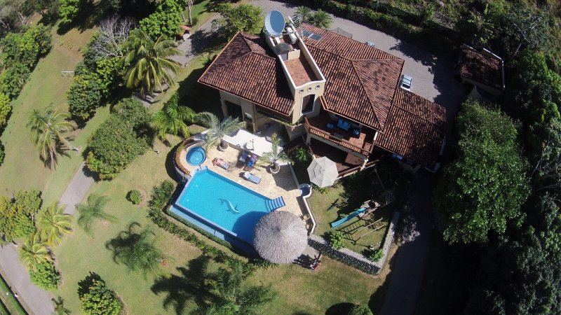 Villa del Cerro, nestled in the tropical rainforest with fabulous views!, vacation rental in Esparza
