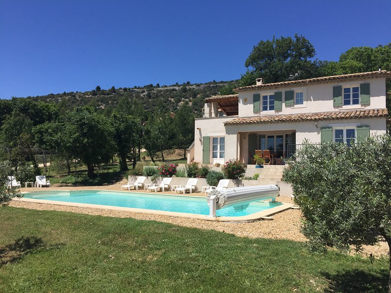 Luberon Vacation Rental with Private Pool, WiFi, Fabulous Views, and Walk to Village, aluguéis de temporada em Vaucluse