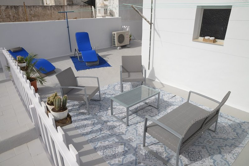 Sun roof terrace with a seating area and bathroom sun