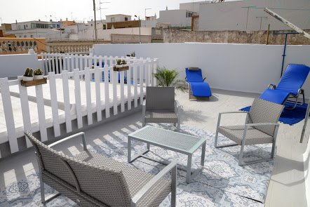 Terrace Solarium equipped with a lounge chair and sun bathing