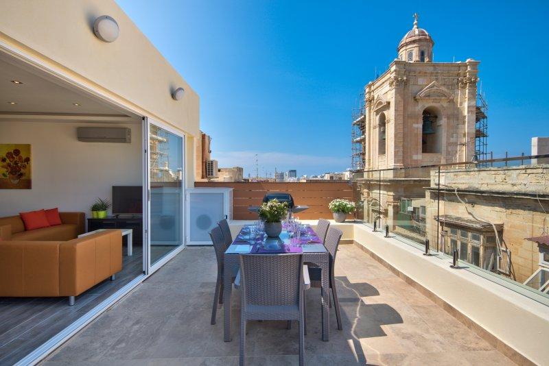 Valletta Harbour Views Duplex Penthouse, vacation rental in Mqabba
