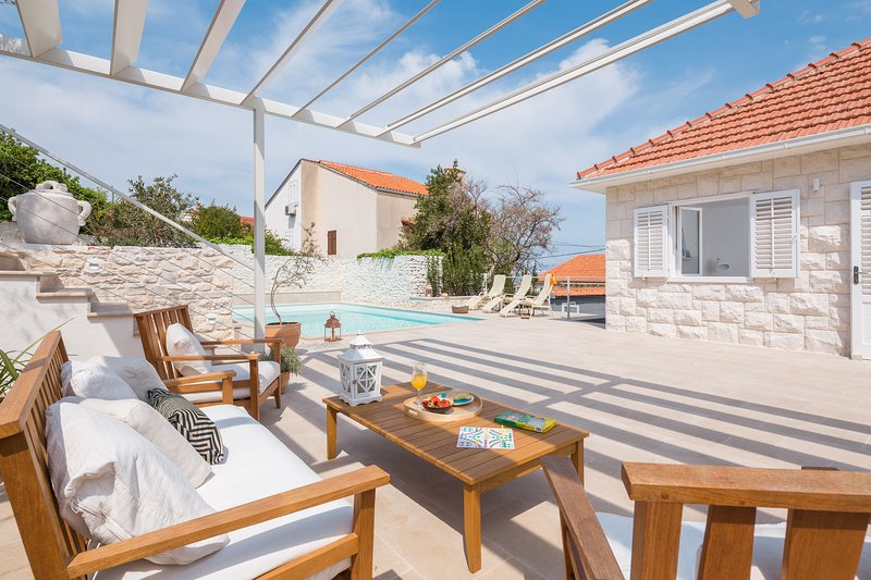 Villa Dolcevita perfect for a relaxing holiday, holiday rental in Sutivan