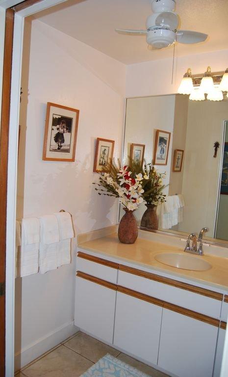 Peinture fraiche. un nouveau ventilateur de plafond et des photos Hawaiiana cru embellissent la salle de bains!