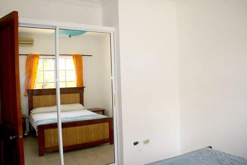 Su habitación privada con gran armario.