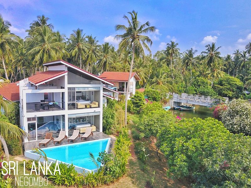 Deluxe Villa by river with infinity-edge plunge pool, vacation rental in Waikkal