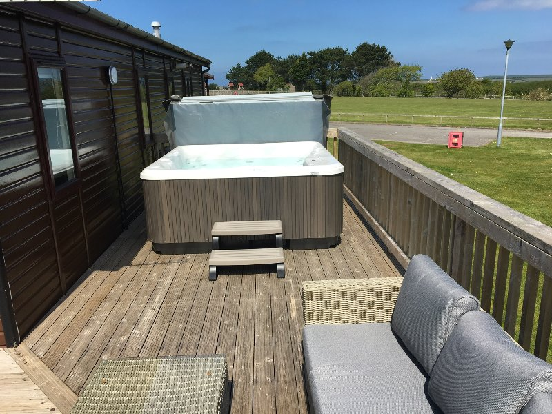 Kamileon Lodge (with Hot Tub & WiFi), holiday rental in Padstow