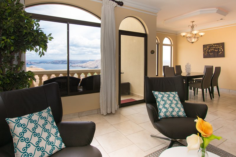 La sala de estar con amplias vistas.