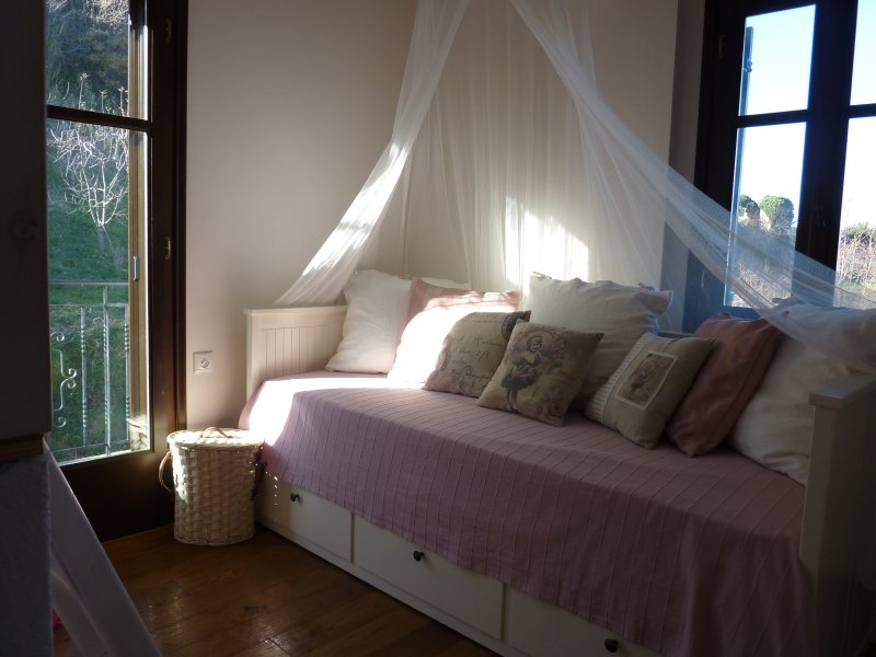 Second room with view to backyard