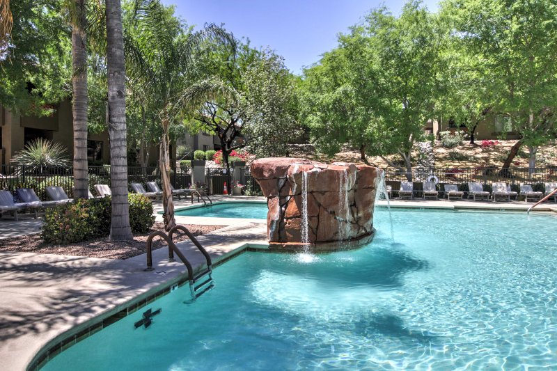Find your personal oasis at this 2-bed, 2-bath vacation rental condo in Tucson!