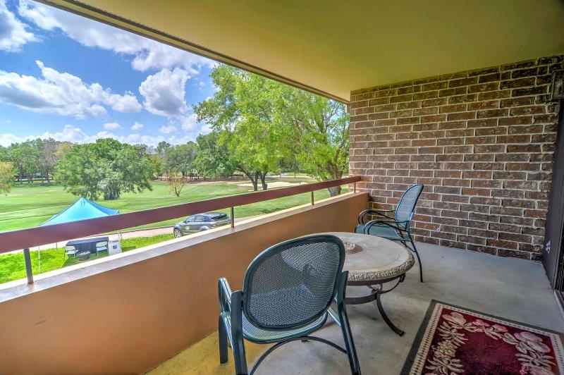Resort Condo on Golf Course - 4 Mi to Palm Harbor!, alquiler de vacaciones en Crystal Beach