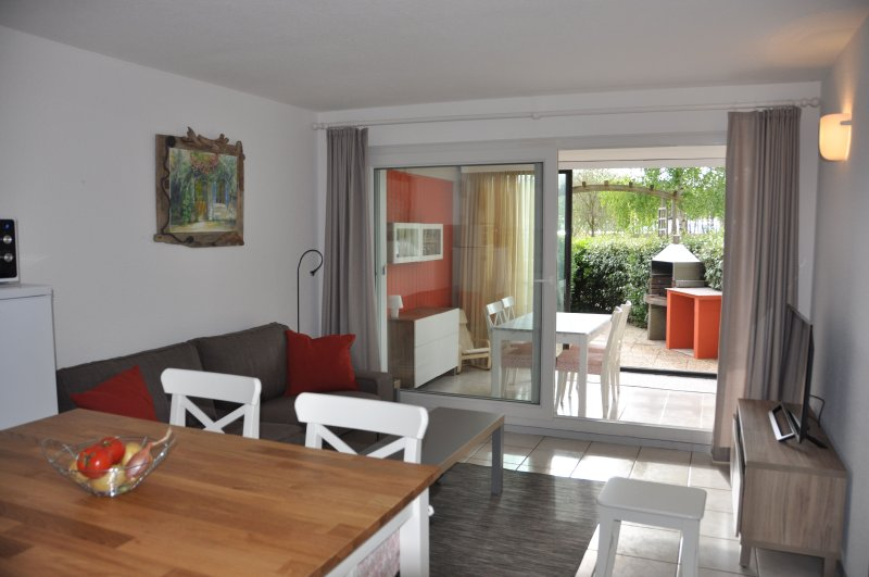 Peacefull holiday home for 5 directly at the lake, holiday rental in Gironde