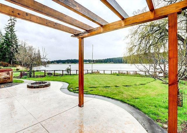 Lakefront Escape w/ Hot Tub & Private Dock, casa vacanza a Langley