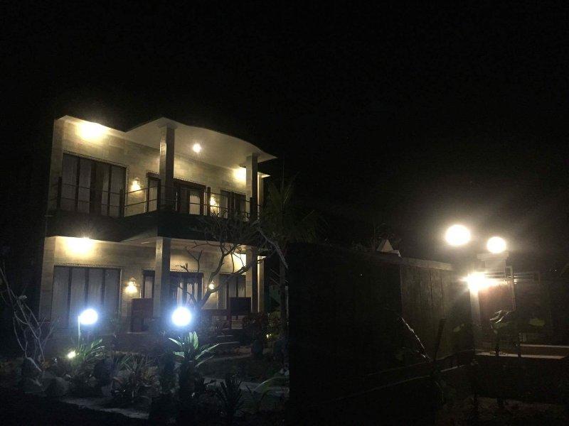 Als de nacht valt op GumiBali Villa, het gebouw lichten