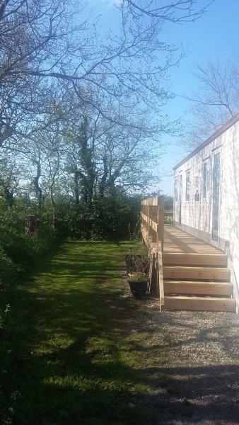 les étapes jusqu'à la porte d'entrée et balcon