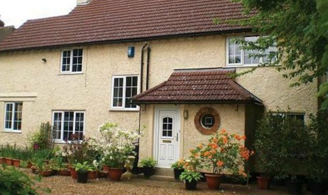 Hobsons House is  set in a picturesque garden in an exclusive location. 20 mins walk to the city cen