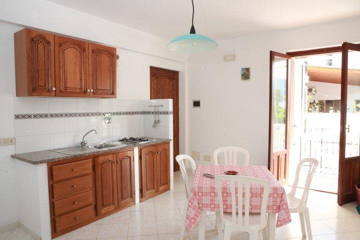 TWEE KAMERAPPARTEMENT voor vier personen, een eigen badkamer, keuken en slechts 50 meter van het strand
