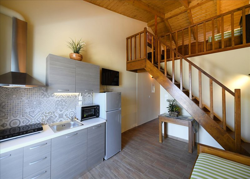 A cozinha ea escada para o sótão