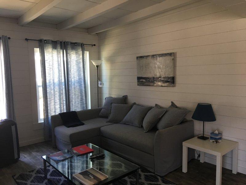 Familie kamer, met flatscreen-tv en Dish Network, bank verandert in een queen bed