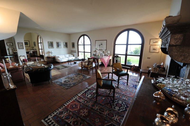 'Il Casale' elegante villa con piscina e fantastica vista mare, aluguéis de temporada em Trivio