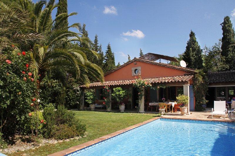 CHAMBRE PIVOINE SPACIEUSE AVEC SALLE DE BAINS PRIVEE, vacation rental in Mougins