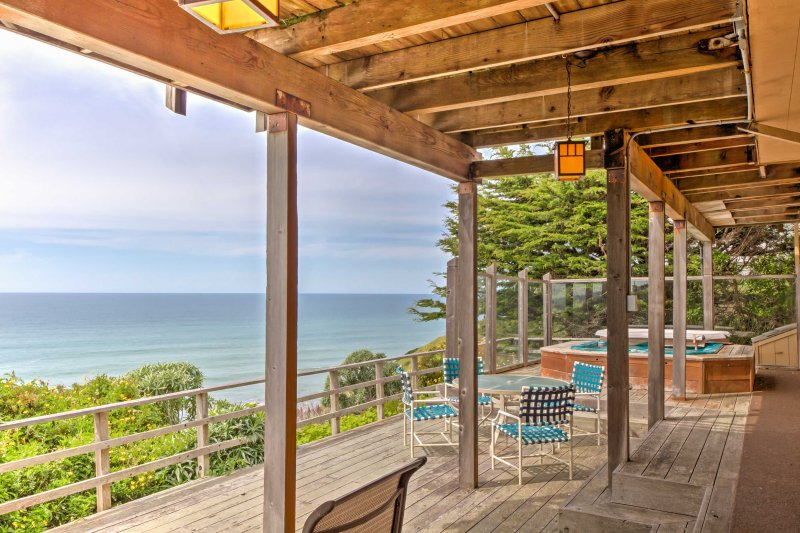 Cozy Irish Beach House with Hot Tub & Ocean Views!, alquiler de vacaciones en Elk