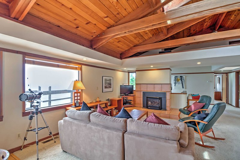 This 3-bedroom, 2.5-bath home sleeps 6 and boasts exposed beam vaulted ceilings.