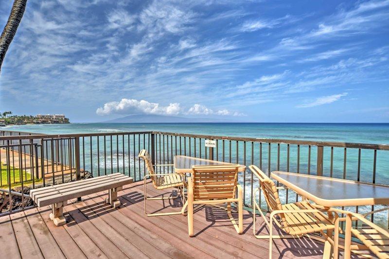 Profitez du soleil de la plate-forme communautaire avec des chaises longues amples.