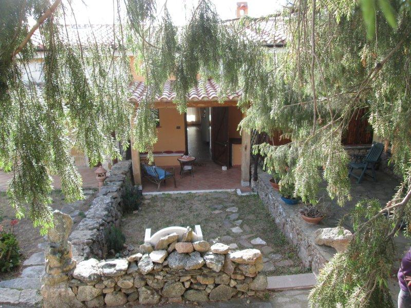 Graziosa villetta pressi  Costa Smeralda,con piscina e tennis condominiali, vacation rental in Olbia