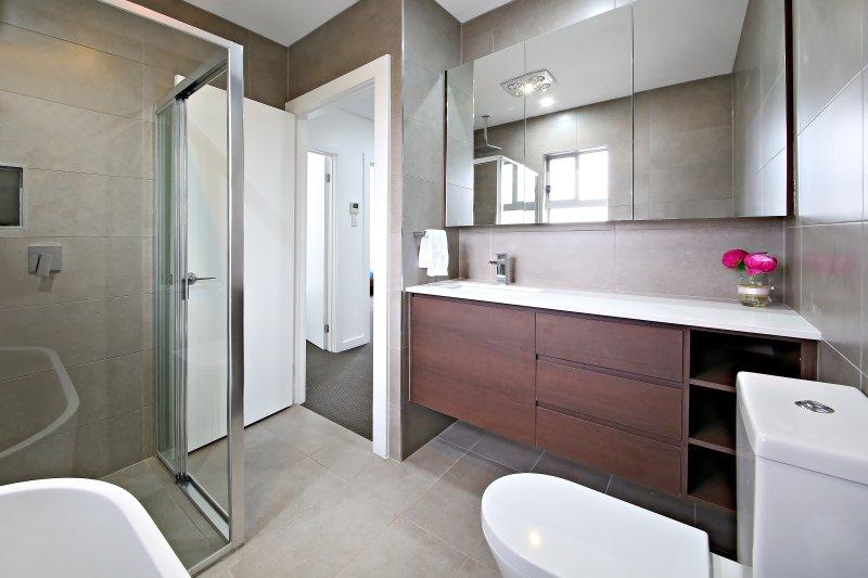 Baño principal con cabina de ducha y tina de baño