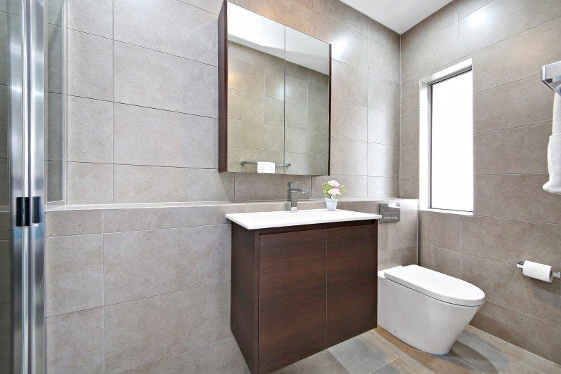 Cuarto de baño con ducha en la planta baja