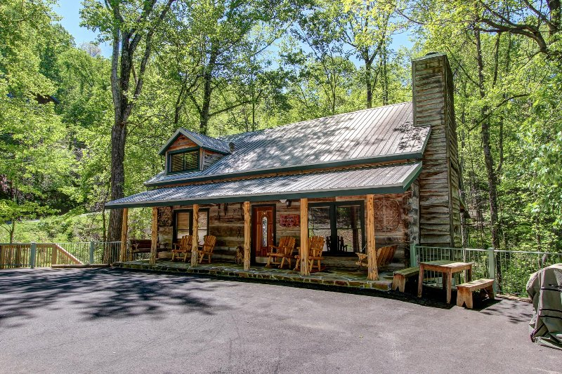 BEAR SANCTUARY - A REAL LOG CABIN - NEW INSIDE !!! UPDATED