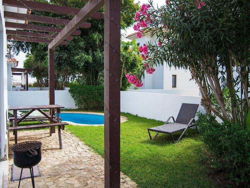 Jardim com piscina e churrasqueira