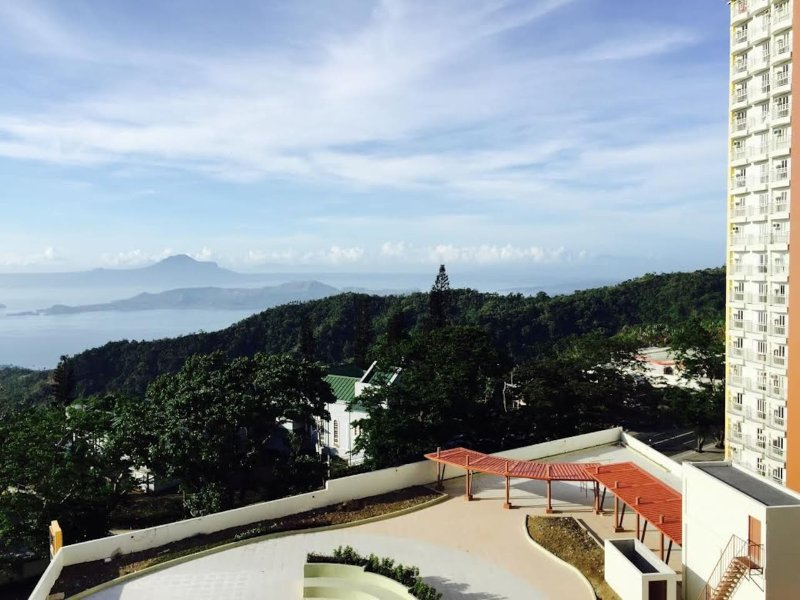 1 BEDROOM W/ BALCONY W/ TAAL  VIEW, CABLE N WIFI, SELF CHECK IN, casa vacanza a Silang