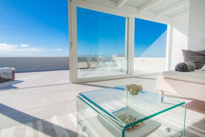 Dach Wohn- und Schlafzimmer mit spektakulärem Meer und Himmel Blick durch vom Boden bis zur Decke Schiebetüren.