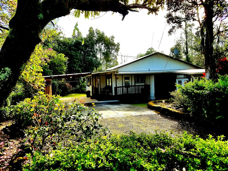 Beautiful Hawaiian Home located in a central area. Great location for exploring the Hilo side.