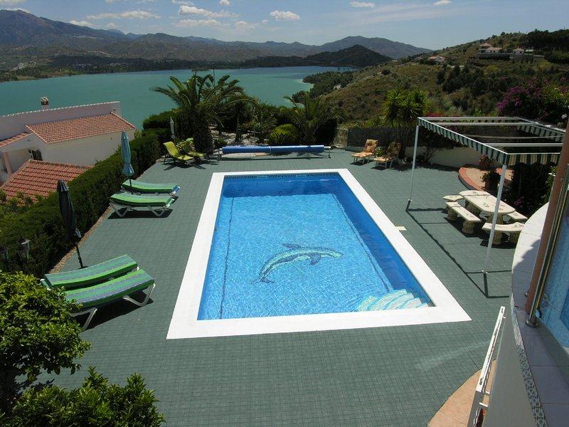 Um toque do paraíso: uma grande piscina privada e área circundante com espreguiçadeiras