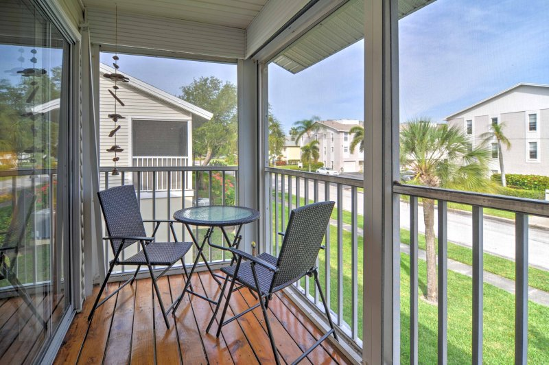 This lovely beach retreat awaits at this 2BR vacation rental in Treasure Island!