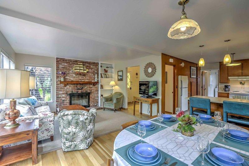 La belle maison peut accueillir 8 au milieu de 1500 pieds carrés de surface habitable.