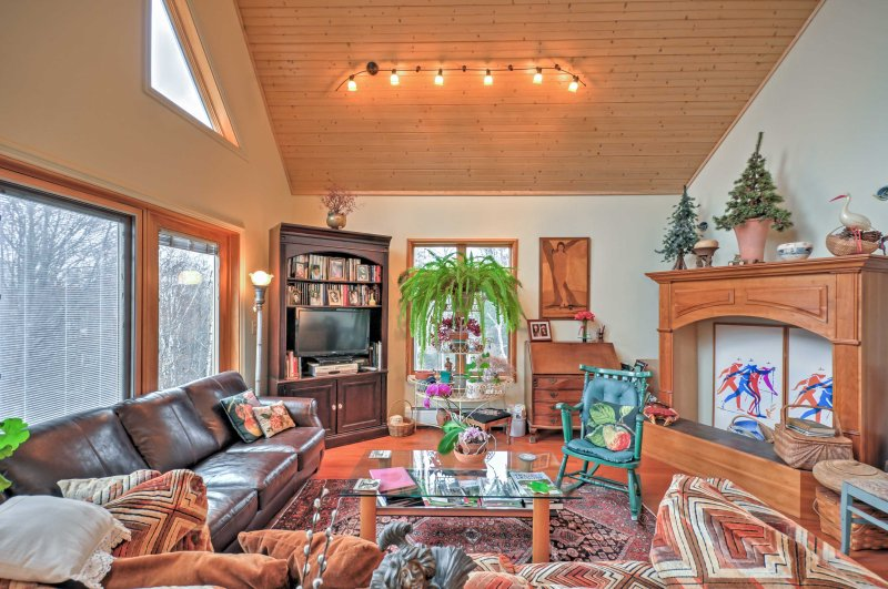 Natural light floods from the high cathedral ceiling with a facade of expansive windows and welcomes you into your coastal Maine home-away-from-home!