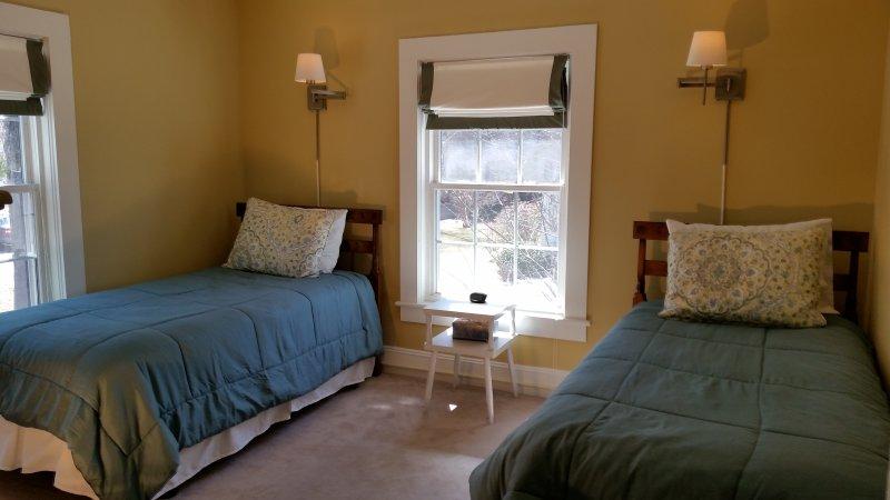 Upstairs bedroom( twin)
